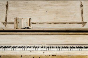 初心者でも大丈夫!耳慣れた曲をピアノで1時間で弾けるようにするには?