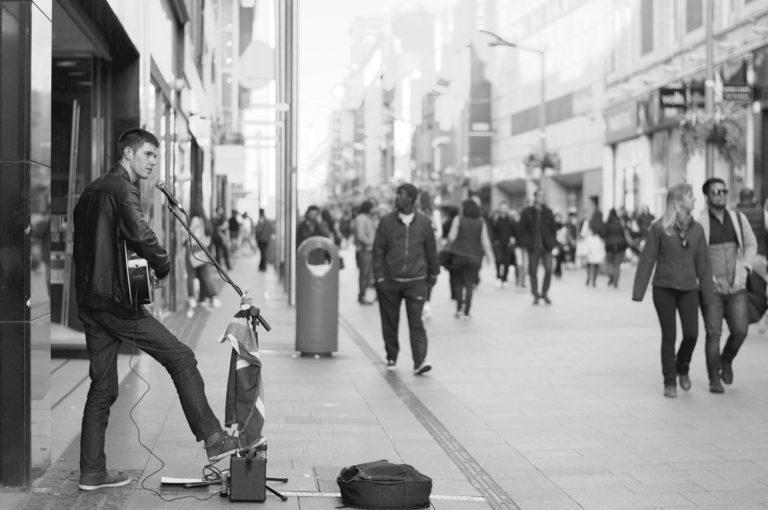 street-performer-690477_1920
